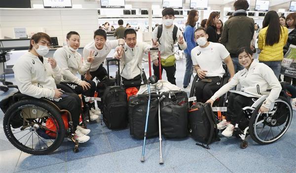 平昌冬季パラリンピック出発を前に、記念写真に納まる(右から)村岡桃佳、狩野亮ら日本選手団=5日午前、羽田空港