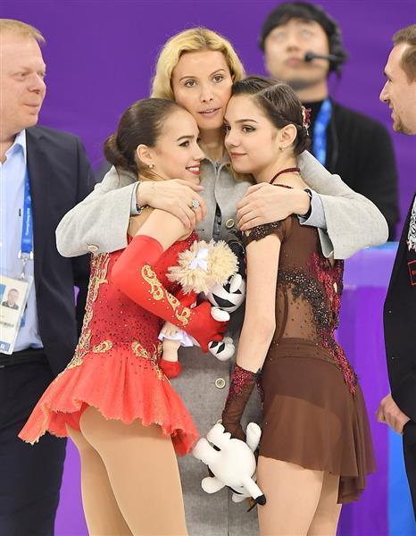 平昌五輪の表彰式で、コーチのエテリ・トゥトベリーゼと抱き合うアリーナ・ザギトワとエフゲニア・メドベージェワ=韓国・江陵アイスアリーナ(納冨康撮影)