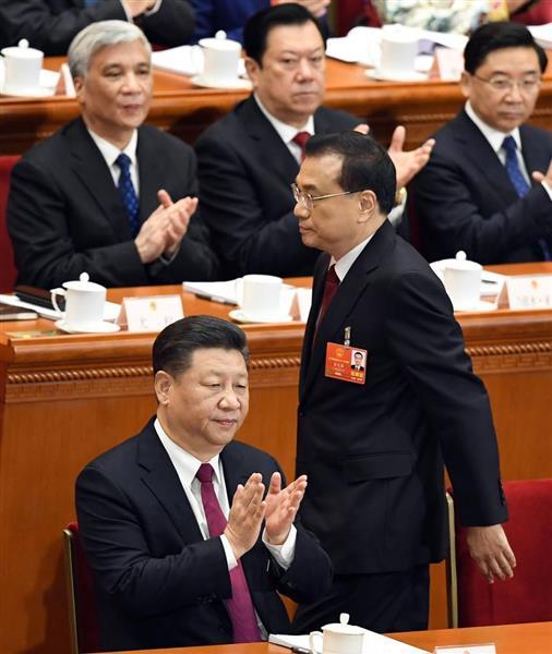 中国全人代で政府活動報告に向かう李克強首相(右)と拍手する習近平国家主席=5日、北京の人民大会堂(共同)