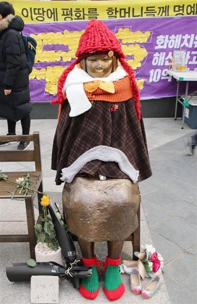 ソウルの日本大使館前に設置された慰安婦像(松本健吾撮影)