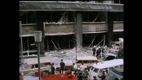 爆風で割れた周囲のビルの窓がガラスの雨となって路上に降り注いだ =昭和49年8月30日 (NHK提供)
