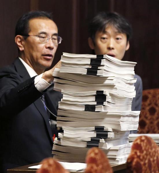 参院予算委理事会で財務省が提出した、森友学園関連の決裁文書「原本」の写し=8日午前
