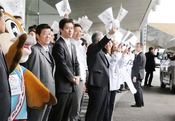 8日、大阪府咲洲庁舎で視察に向かうBIE調査団を見送る(左から)松井知事、吉村市長ら=大阪市