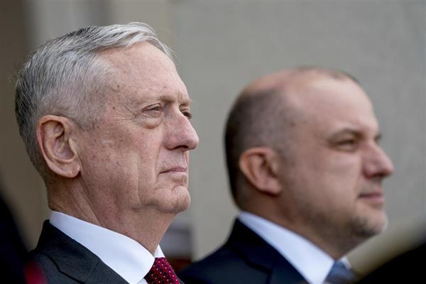 マティス米国防長官(左)=7日、ワシントン(AP)