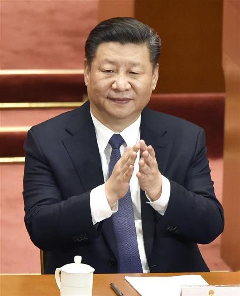 全人代で憲法改正案が採択され、拍手する習近平国家主席=11日、北京の人民大会堂(共同)