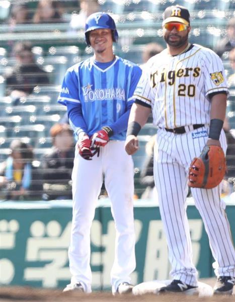 死球を受けたDeNAの大和。右は阪神のロサリオ =兵庫県西宮市の甲子園球場(山田喜貴撮影)