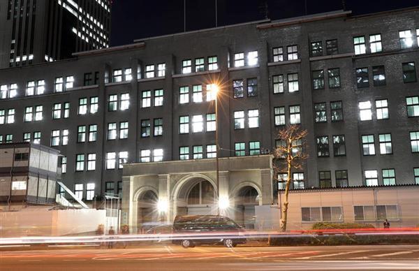 夜になっても電気が灯る財務省=12日午後、東京都千代田区(桐山弘太撮影)