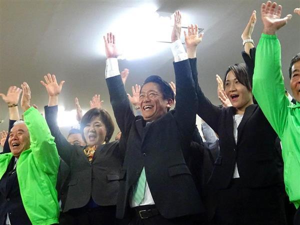 沖縄県石垣市長選で3選を決め、支持者らと万歳する中山義隆氏(中央)=11日夜、石垣市(石鍋圭撮影)