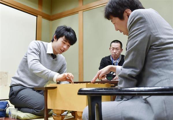 王将戦1次予選で師匠の杉本昌隆七段(右)に勝利した藤井聡太六段。70対局、59勝11敗で8割4分3厘、29連勝で2017年度の記録全4部門の1位が確定、最年少「四冠王」となった=8日、大阪市の関西将棋会館