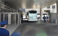 名古屋拘置所に到着した、オウム真理教による事件の死刑囚を乗せたとみられる車の列=14日午前11時41分、名古屋市