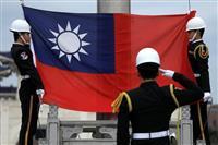 蒋介石記念館で掲揚される台湾の旗=16日、台北(ロイター)
