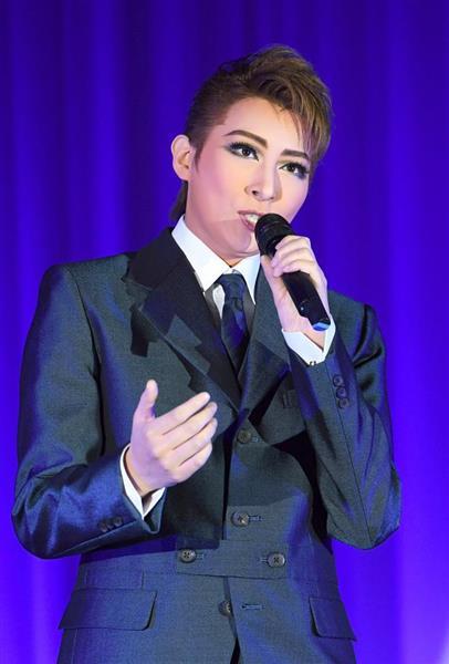 「SINGIN' IN THE RAIN ミュージカル 雨に唄えば」制作発表会でパフォーマンスを披露する、トップの珠城りょう=19日、東京都港区(寺河内美奈)