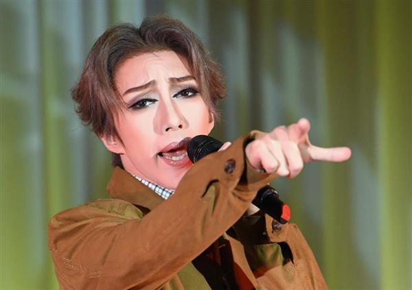 「SINGIN' IN THE RAIN ミュージカル 雨に唄えば」制作発表会でパフォーマンスを披露する、男役スターの美弥るりか=19日、東京都港区(寺河内美奈)