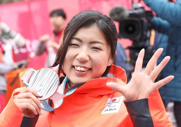 アルペンスキー女子回転座位で銀メダルを獲得し、今大会で5個目の「5」を表す村岡桃佳=18日、平昌(桐原正道撮影)