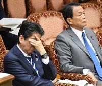 19日、参院予算委員会に臨む安倍晋三首相(左)と麻生太郎副総理兼財務相=国会(斎藤良雄撮影)