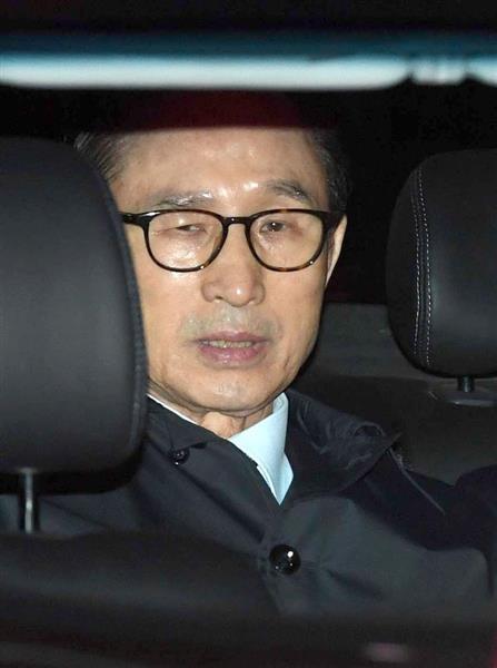 23日未明、車に乗り込んだ韓国元大統領の李明博容疑者(聯合=共同)
