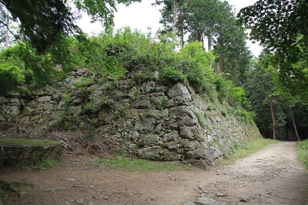 安土城天主台の石垣。西側は天主が焼け落ちたときの影響で石材の劣化が著しい(筆者撮影)