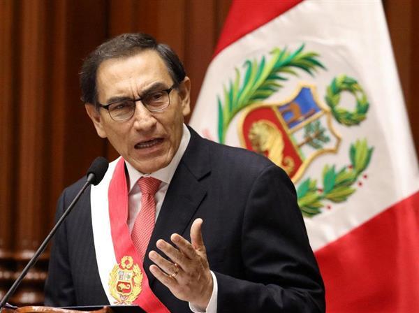 ペルーの新大統領に就任したビスカラ氏=23日、リマ(ロイター)