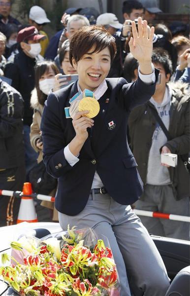 祝賀パレードで声援に応える、平昌冬季五輪のスピードスケートで金メダルなどを獲得した小平奈緒選手=25日午前、長野県茅野市