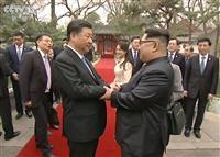 中国中央テレビが28日放映した、北京の釣魚台迎賓館で握手する中国の習近平国家主席(左)と北朝鮮の金正恩朝鮮労働党委員長の映像(共同)