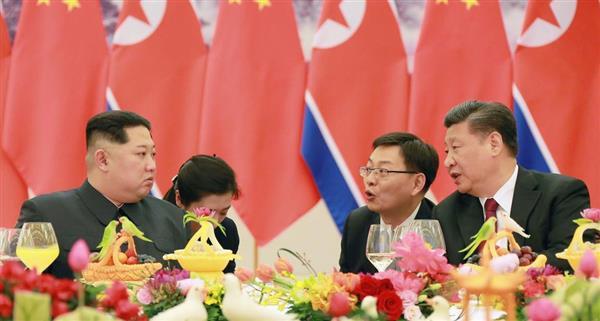 北京の人民大会堂で夕食会に臨む中国の習近平国家主席(右)と北朝鮮の金正恩朝鮮労働党委員長=26日、朝鮮中央通信撮影・共同