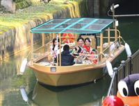 大津から乗船して蹴上に到着したミスきもの、びわ湖大津観光大使の女性ら=京都市山科区