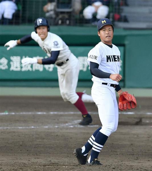 12回裏2死一塁、大阪桐蔭・藤原(左)にサヨナラ二塁打を浴びた三重の定本=3日、甲子園