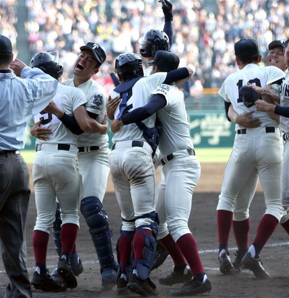 12回、サヨナラ勝ちに喜ぶ大阪桐蔭ナイン=3日、甲子園球場(撮影・門井聡)
