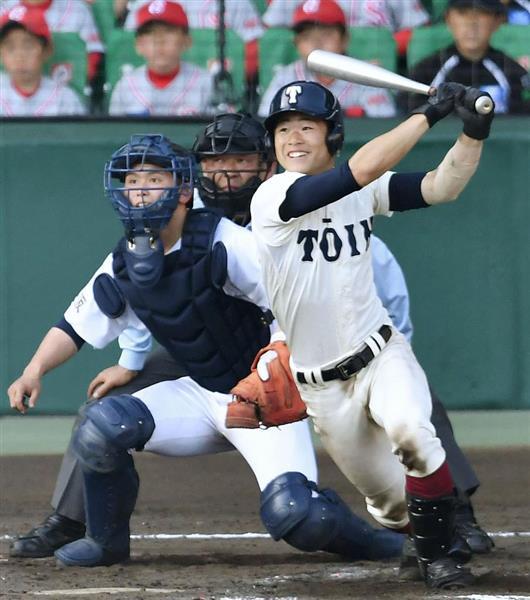 9回裏1死一、二塁、大阪桐蔭・小泉が右前に適時打を放つ。捕手・見栄・東=3日、甲子園