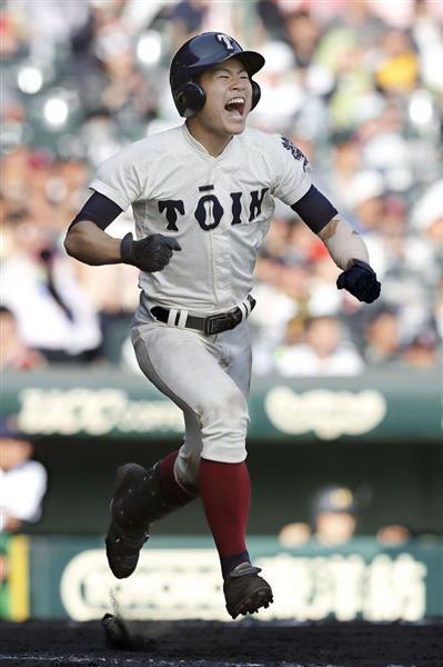 9回裏、同点打を放ち、雄たけびを上げて一塁へ向かう大阪桐蔭・小泉=3日、甲子園