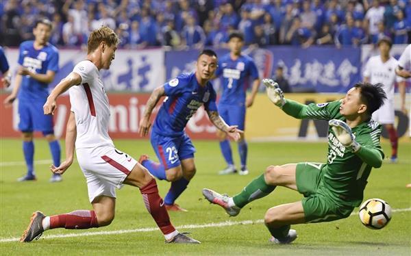 鹿島-上海申花の後半、ゴールを決める鹿島・鈴木(左)=3日、上海(共同)