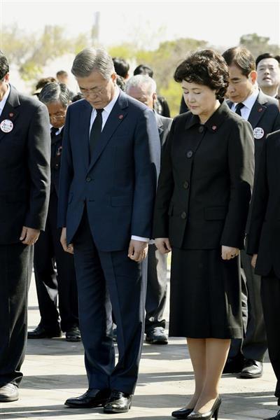3日、韓国・済州島で開かれた「4・3事件」の犠牲者追悼式に出席し、黙とうする文在寅大統領夫妻(共同)