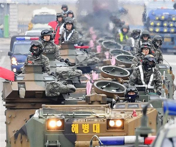 韓国・浦項で公道上を移動する韓国軍の兵士ら=5日(共同)
