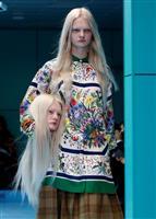 【ファッションおたく】「首」抱えたモデルや額に目玉も… 大御所アルマーニも困惑、グッチ…