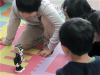 ロボホンと英会話レッスン シャープ、アルクの教室で子供向け