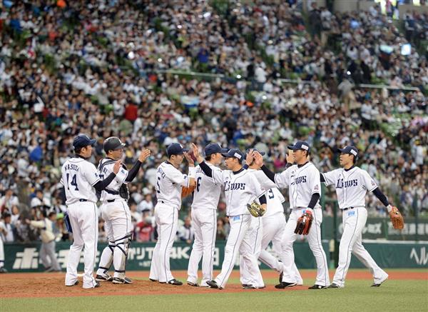 プロ野球、西武対オリックス 勝って喜び合う外崎修汰(左3人目)、秋山翔吾(右端)ら西武の選手たち=メットライフドーム(撮影・今野顕)