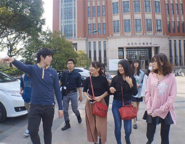 中国人学生の案内で上海理工大学のキャンパスを歩く研修の参加者ら(3月29日、河崎真澄撮影)