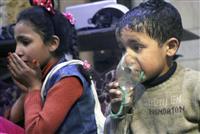 シリア・東グータ地区ドゥーマでの化学兵器とみられる攻撃後、人工呼吸器を口に当てる子供。シリアで人命救助活動に当たる民間団体が8日公表した(AP)