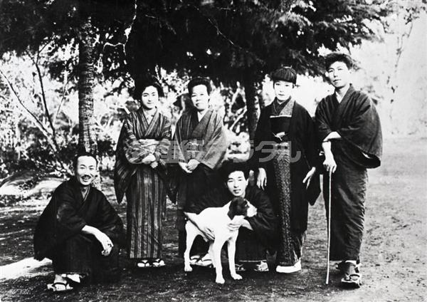 昭和2年、湯ヶ島で作家仲間と写る宇野千代(右から2番目)。梶井の姿はここにはない(日本近代文学館提供)