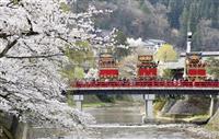 春を告げる高山祭、城下を豪華屋台が練り歩く 岐阜・飛騨