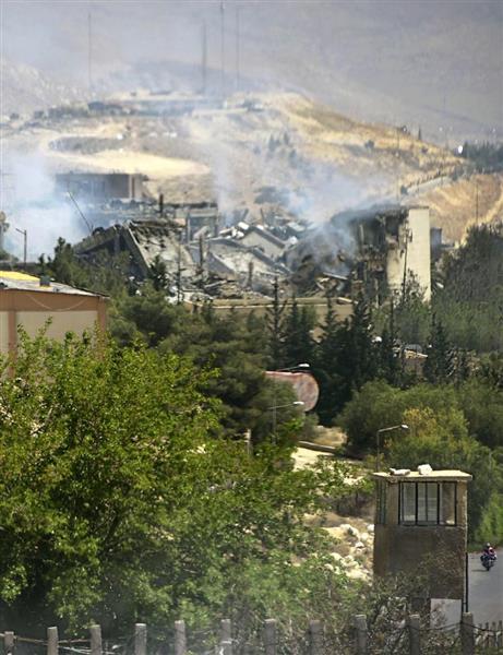 米軍などの攻撃で破壊され、白煙を上げ続けるアサド政権の科学研究施設=14日、シリア首都ダマスカス近郊バルゼ(共同)