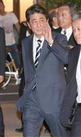 大阪市内での会食を終え、手を振る安倍晋三首相=13日午後、大阪市天王寺区