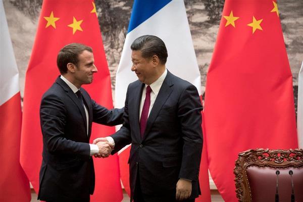今年1月9日、北京を訪問したマクロン仏大統領(左)と握手する習近平国家主席(ロイター)