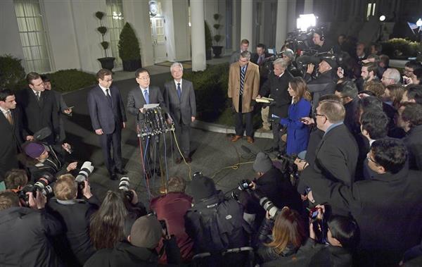 3月8日、ホワイトハウスの庭で記者発表する韓国の鄭義溶・国家安全保障室長=8日、米ワシントン(AP)