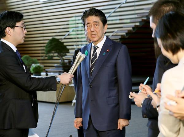 訪米を前に記者団の質問に答える安倍晋三首相=17日午前、首相官邸(春名中撮影)