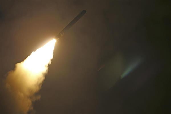 14日、シリアを攻撃するため米軍艦から発射された巡航ミサイルのトマホーク(米海軍提供)