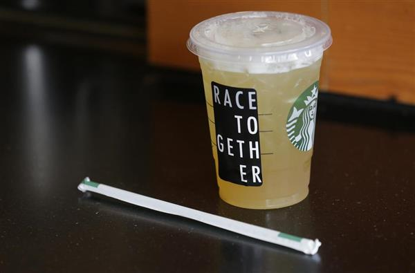 「どの人種もともに」と書かれたスターバックスの清涼飲料=2015年3月、米シアトル(AP)
