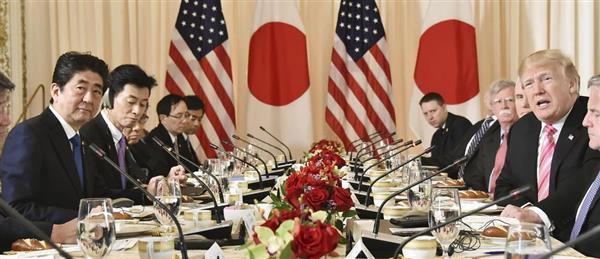 日米首脳会談に臨む安倍首相(左端)とトランプ米大統領(右端)=18日、米フロリダ州パームビーチ(代表撮影・共同)