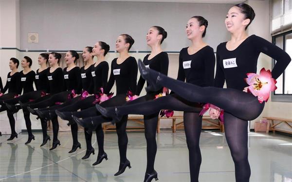 第104期ラインダンス稽古場披露 ラインダンスを披露する第104期生 =19日午前、兵庫県宝塚市の宝塚歌劇団(永田直也撮影)