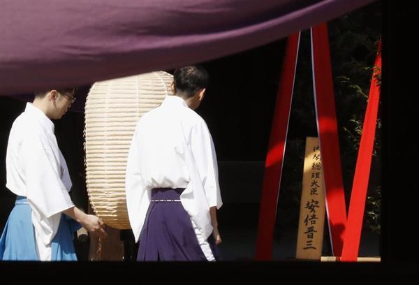 靖国神社の春季例大祭に合わせて安倍首相が奉納した「真榊」=21日午前、東京・九段北